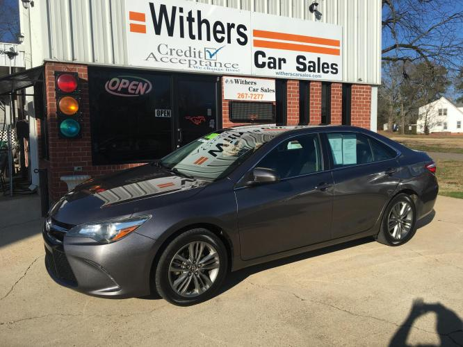 2017 Gray Toyota Camry SE (4T1BF1FK7HU) with an 2.5L L4 DOHC 16V engine, 6A transmission, located at 204 Hwy. 16 East, Carthage, MS, 39051, (601) 267-7277, 32.734486, -89.531761 - Photo #0